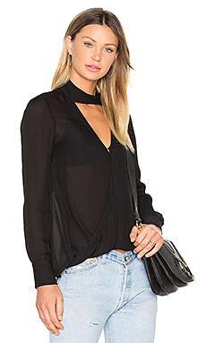 Long Sleeve Drape Front Collar Detail Blouse en Noir
