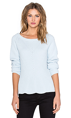 Crewneck Diagonal Stitch Peplum Sweater en Whisper Blue