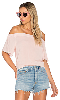 Off Shoulder Flounce Sleeve Top en Rosy Flush