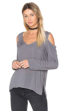 Cold Shoulder V Neck Blouse en Warm Onyx
