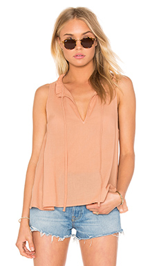 Peasant Voile Ruffle Neck Henley Tank en Clay