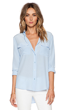 Slim Signature Blouse en Periwinkle Blue