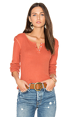 Long Sleeve Henley Tee en Rusty