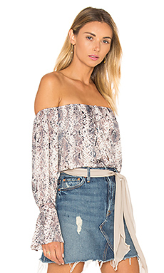 The Off Shoulder Blouse en Snake