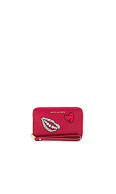 Sequin Hand To Heart Zip Phone Wristlet en Bisou Red