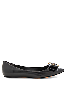 Interlock Pointy Toe Ballerina Flat en Noir