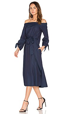 Off Shoulder Belted Midi Dress en Perfect Denim Blue